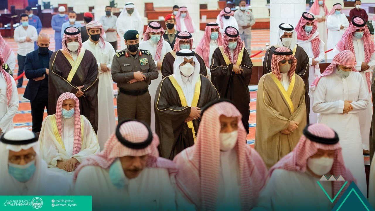 بالصور.. أمير الرياض بالنيابة يؤدي صلاة الميت على سمو الأميرة دلال بنت سعود بن عبدالعزيز