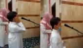بالفيديو .. طفل من ذوي التوحد يخطف أنظار المصلين بصوته الجميل