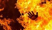 شاب يحرق نفسه أمام عائلته