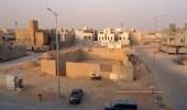 شاهد.. اكتشاف 13 قبرًا عشوائيًا بحي النرجس في الرياض