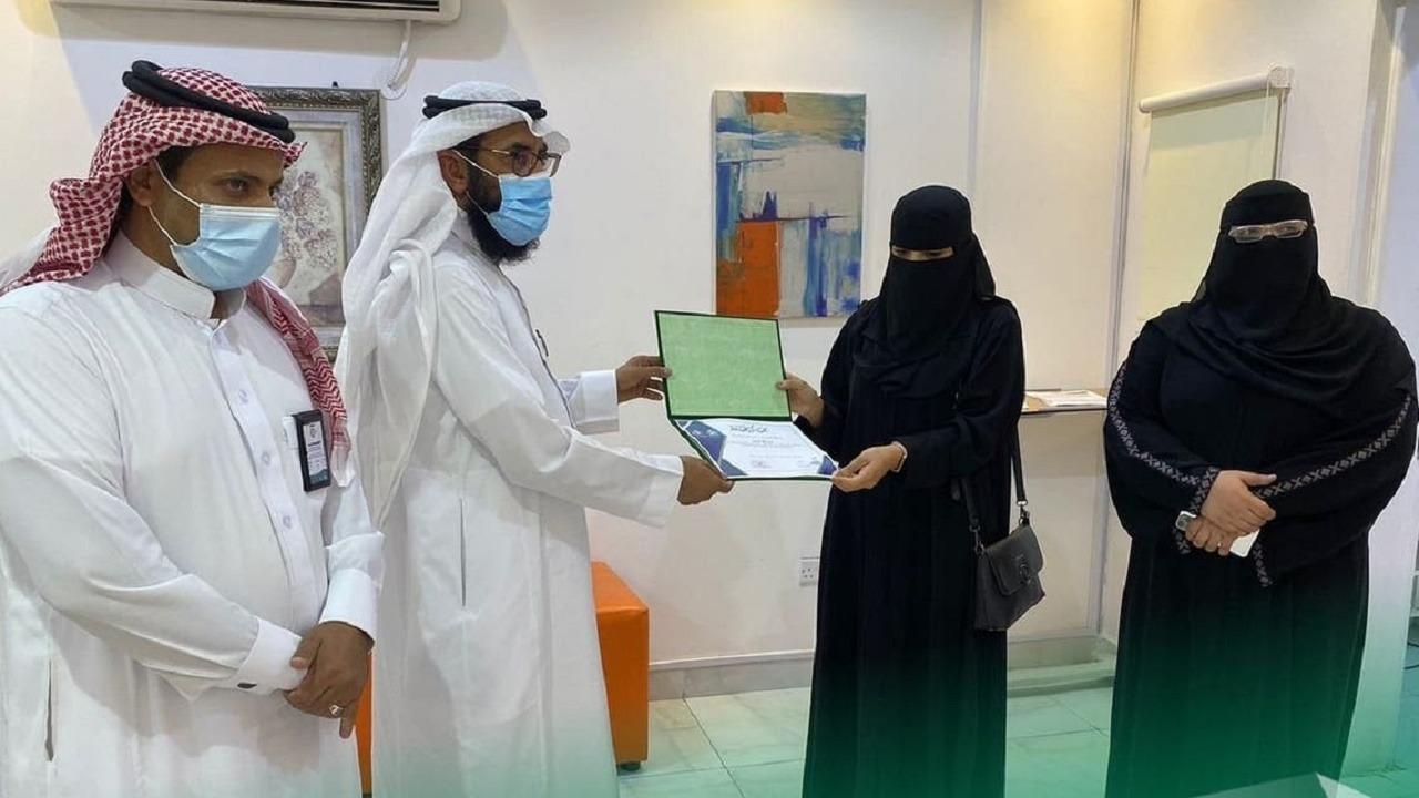 """ممرضة سعودية تنقذ فتاة من """"غصة"""" داخل مجمع تجاري"""