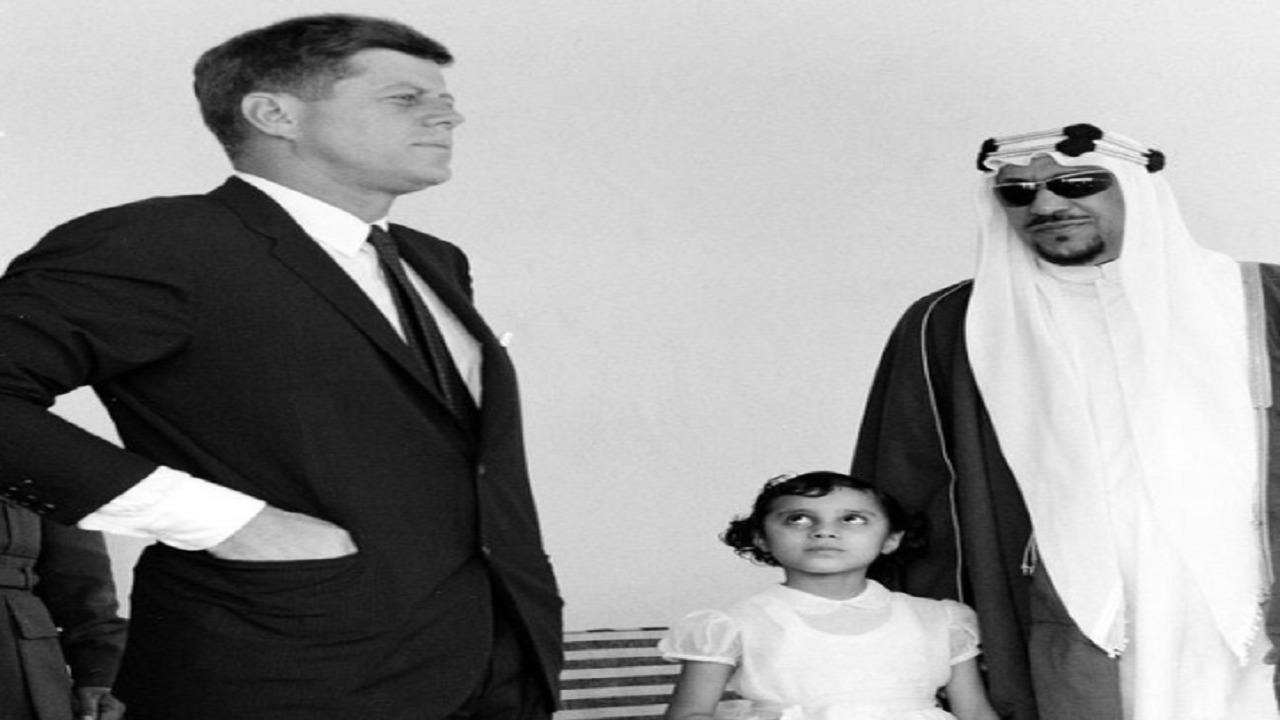 """صورة نادرة للملك سعود وابنته """"دلال"""" برفقة جون كيندي"""