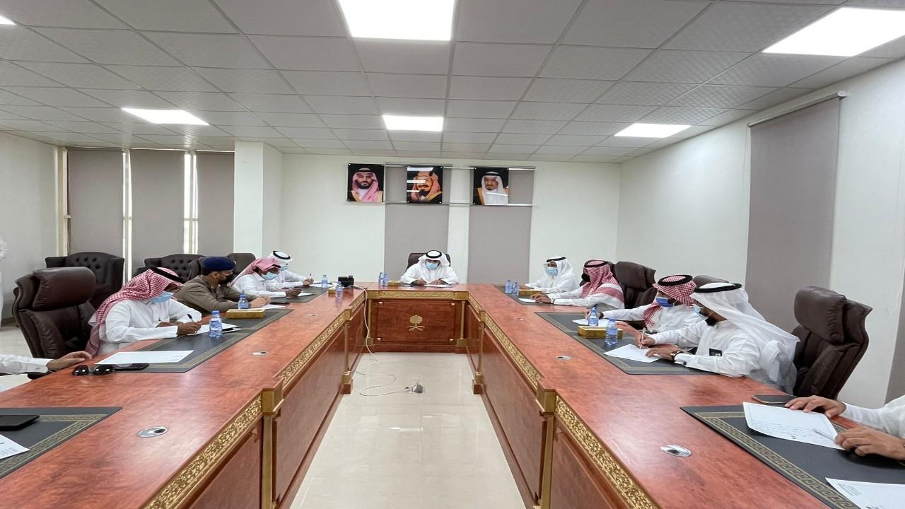 محافظ العيدابي يرأس اجتماع مع مدراء ورؤساء الدوائر الحكومية