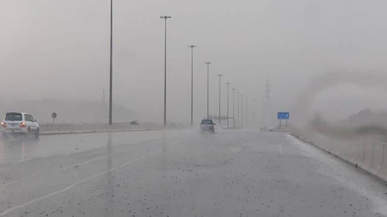 تنبيه لمستخدمي طرق مكة: أمطار رعدية ورياح شديدة تحد من الرؤية الأفقية