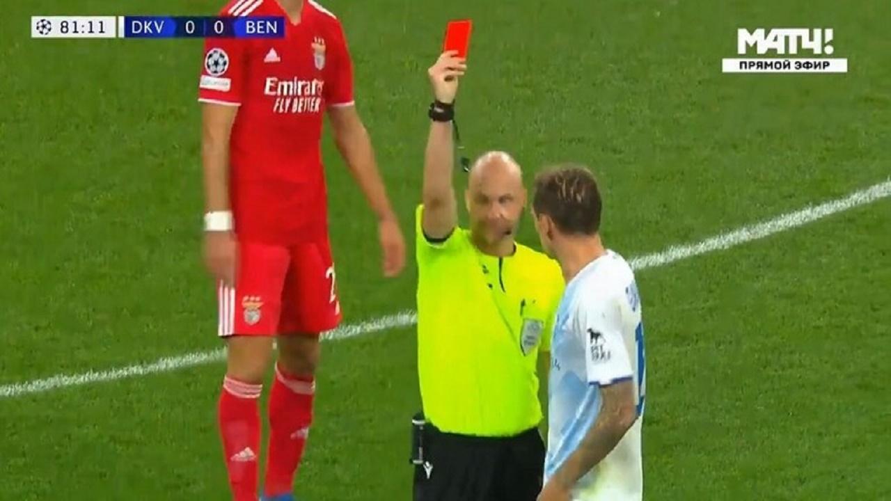 حكم إنجليزي يرتكب خطأ كبير بسبب البطاقة الصفراء