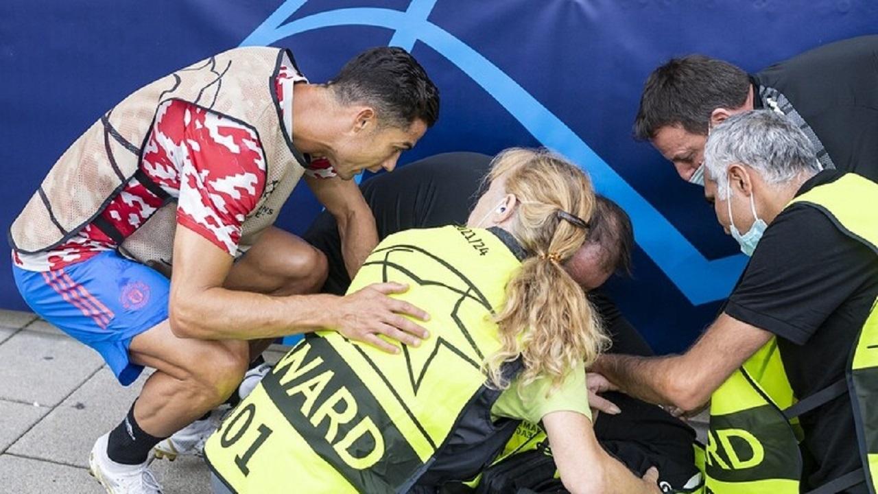 """بالفيديو .. """"رونالدو"""" يصيب أحد العاملات بالكرة قبل مباراة فريقه مع يونغ بويز"""