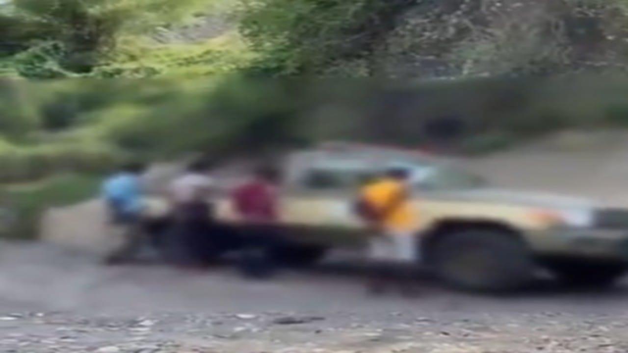 شاهد.. ضبط مهربات جمركية في سيارات مسروقة بجازان