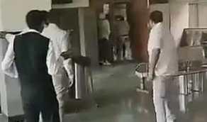 """مسلحون ينفذون حكم الإعدام في """"قاتل"""" داخل محكمة"""