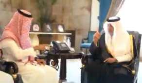 بالفيديو..  أمير مكة يتحدث بلغة الإشارة مع موظفي الإمارة من فئة الصم
