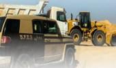 ضبط مخالفين لنظام البيئة يقومون بنقل الرمال وتجريف التربة بالرياض