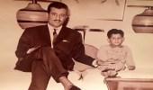"""صورة نادرة للملك سلمان بـ """"البدلة"""" مع نجله الأمير عبد العزيز في طفولته"""