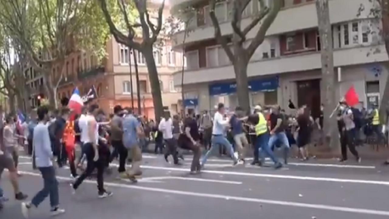 شاهد.. اندلاع حرب شوارع في فرنسا بسبب التصريح الصحي