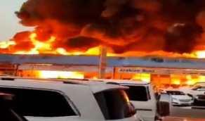 شاهد.. لحظة اندلاع حريق هائل في معارض سيارات بدبي