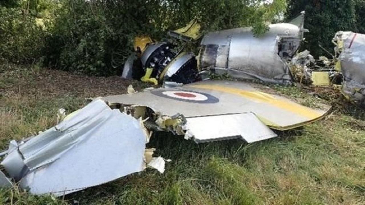 بالصور.. تحطم طائرة عسكرية بعد اصطدامها بشجرة