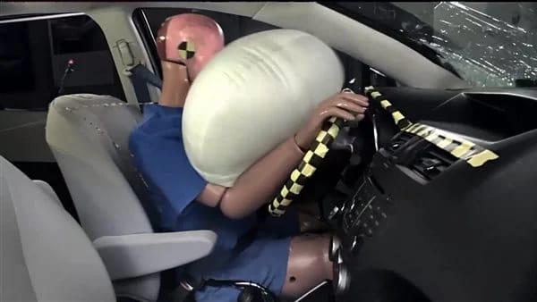 علاقة الوسائد الهوائية بتغيير زجاج السيارة