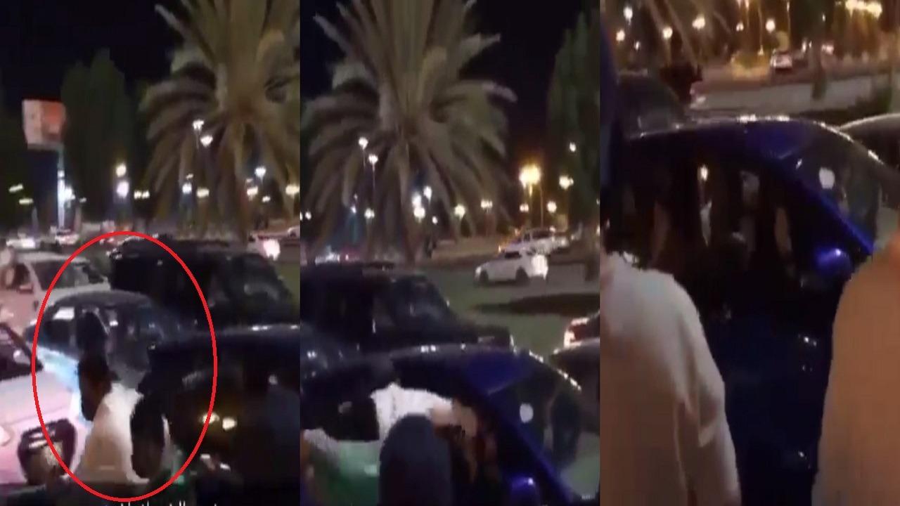فيديو.. شاب يضرب فتاة على رأسها ويهرب!