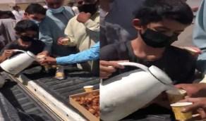 فيديو..طفل يقدم القهوة والتمر للمصلين بعد صلاة الجمعة بالقصيم
