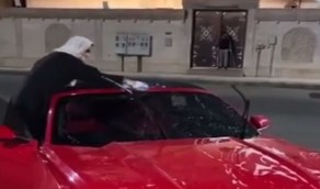 بالفيديو.. مواطنتان يفتتحان مشروع مغسلة سيارات متنقلة