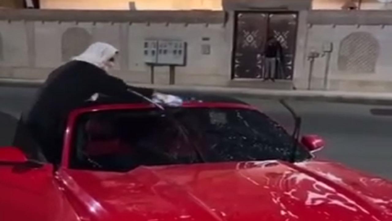 بالفيديو.. مواطنتان تفتتحان مشروع مغسلة سيارات متنقلة