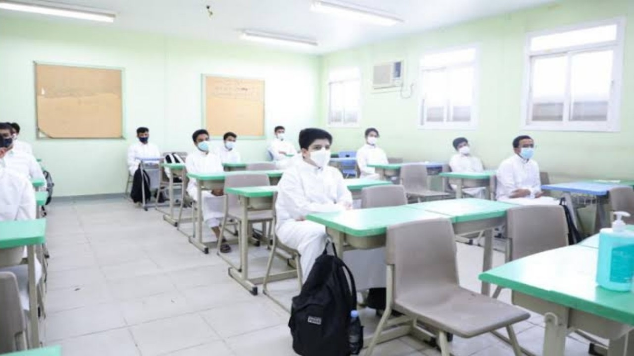 قرار بمعاملة الطلاب المعفيين من أخذ اللقاح معاملة المحصّن