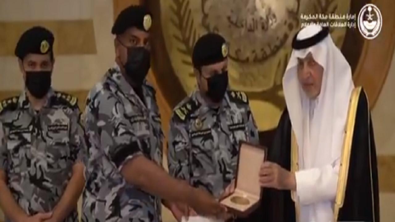 """بالفيديو.. أمير مكة يكرم الجندي فايز الغامدي نظير موقفه الإنساني مع """"معتمر"""""""