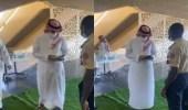 """بالفيديو.. وزير الرياضة يمتثل لحارس أمن طلب إبراز حالته الصحية عبر """"توكلنا"""""""