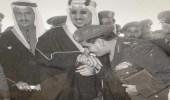 صورة نادرة تجمع الملك سلمان بالملك سعود خلال افتتاح كلية الملك عبدالعزيز الحربية