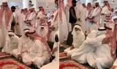 بالفيديو .. أمير الرياض بالنيابة يحتضن أخاه الأمير عبدالعزيز ويواسيه في وفاة والدته