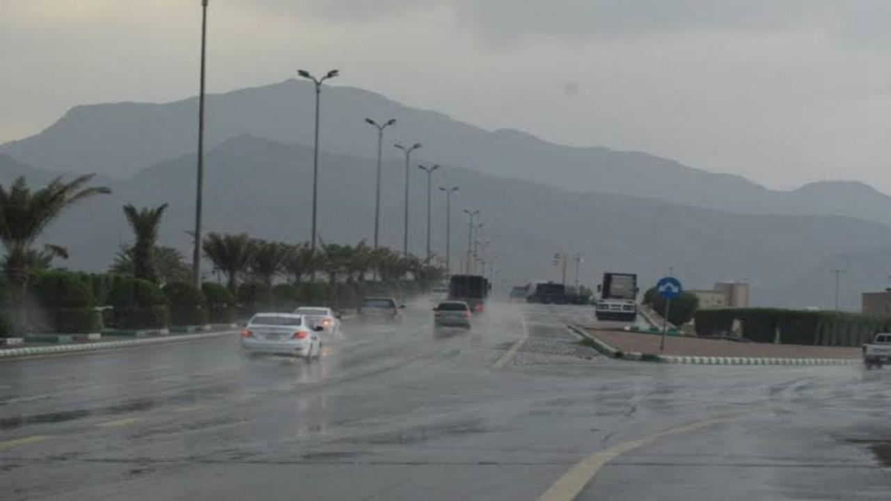 """""""أمن الطرق"""" يحذر مستخدمي طرق عسير من الأمطار والأتربة"""