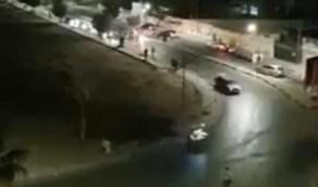 بالفيديو.. شاب يشعل النار في جسده وسط طريق عام