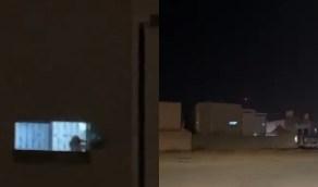 """بالفيديو.. طفلة تحتفل باليوم الوطني من خلف جدران منزلها وتلوح بالعلم من النافذة مرددة """"عاش سلمان"""""""