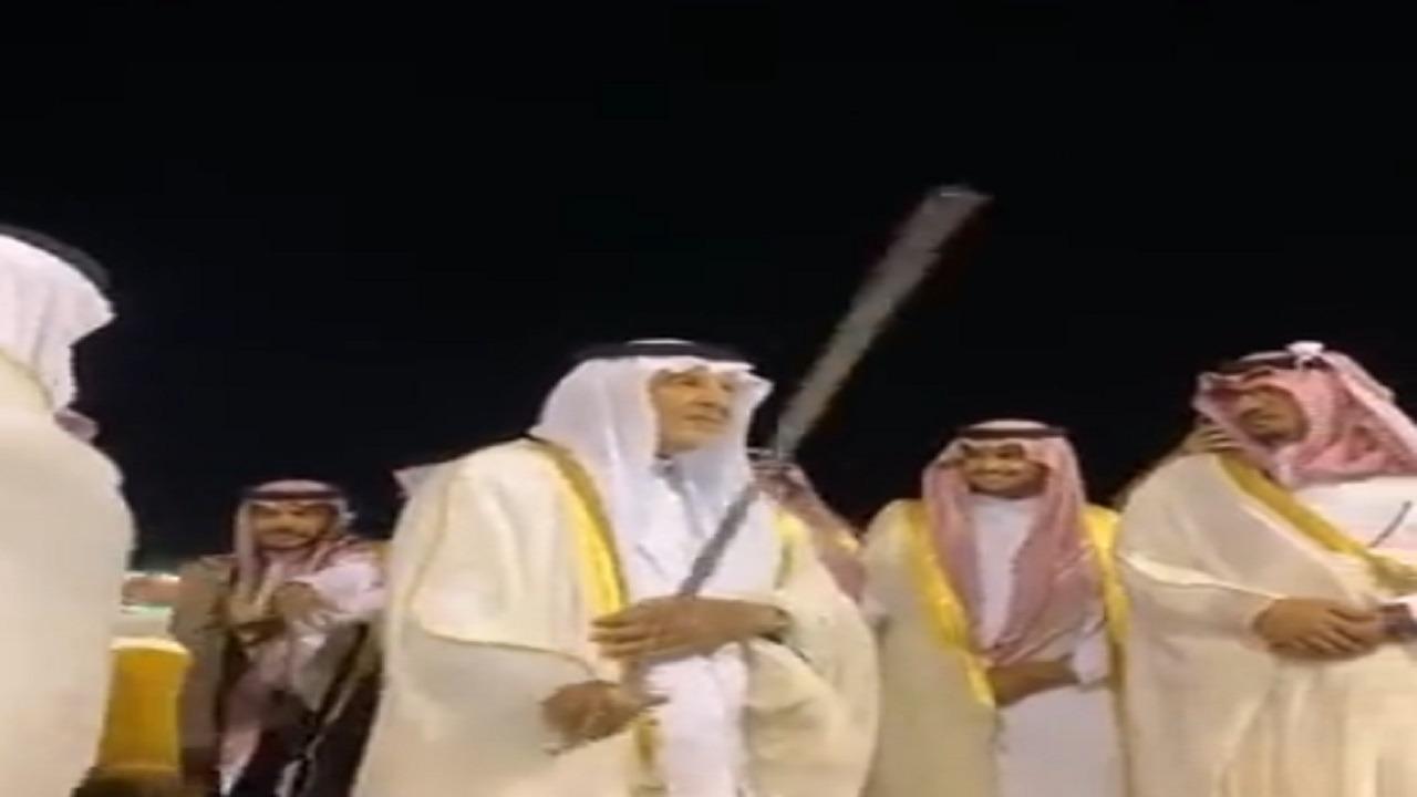 بالفيديو .. سمو الأمير خالد الفيصل يؤدي العرضة في ميدان الملك خالد للفروسية
