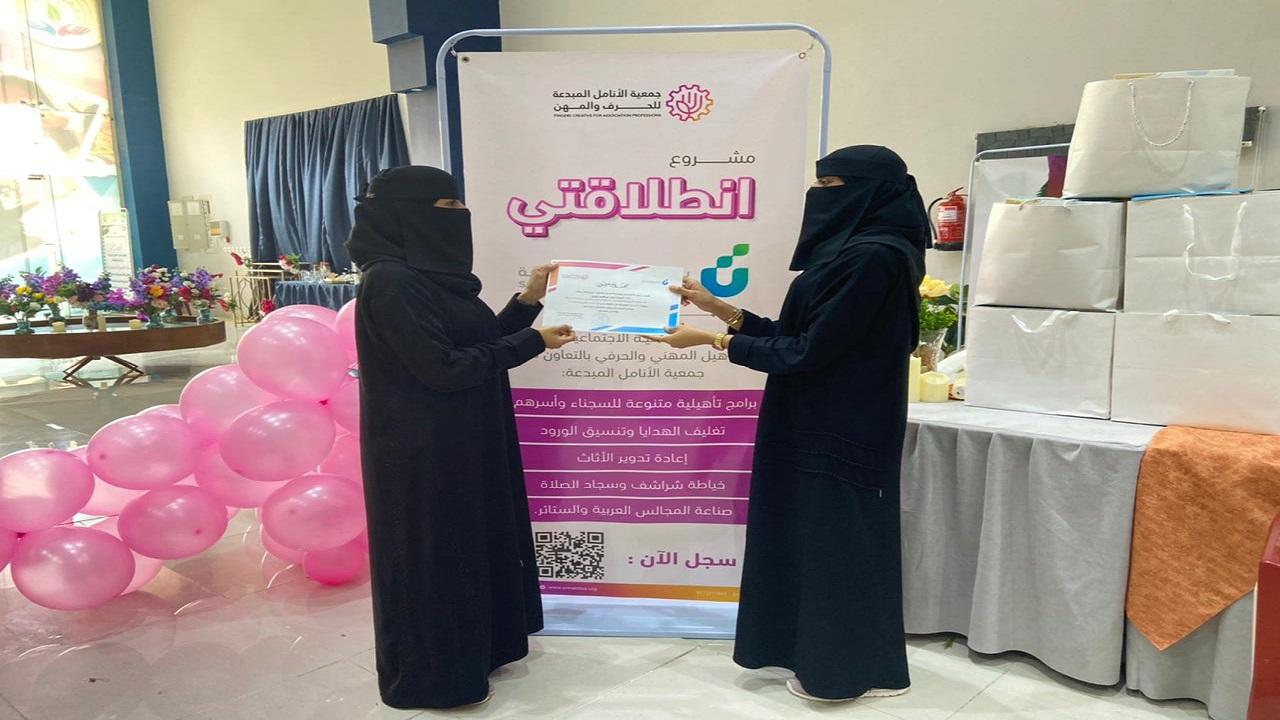 بالصور..جمعية الأنامل تأهل أكثر من 50 فتاة في صناعة المجالس العربي وتغليف الهدايا