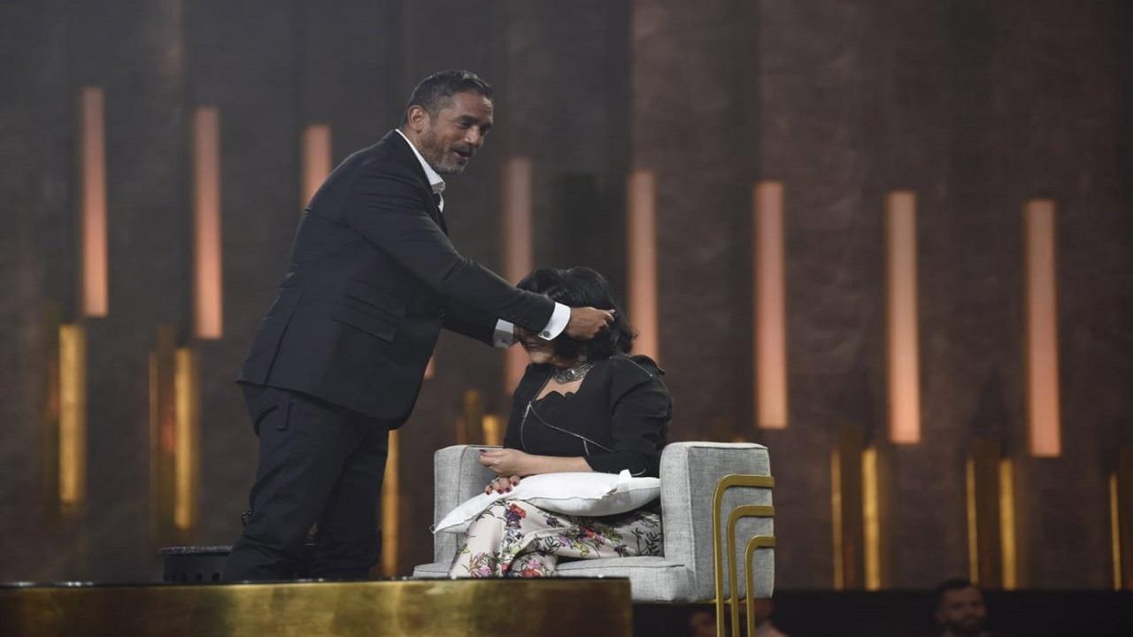 فيديو..أمير كرارة يشدّ شعر إسعاد يونس على الهواء