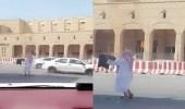شاهد.. رجل يرقص أمام المارة بإحدى الشوارع