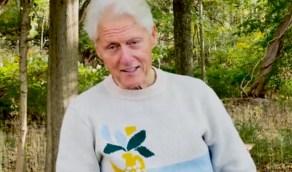 """شاهد .. أول ظهور لـ""""بيل كلينتون"""" بعد خروجه من المستشفى"""