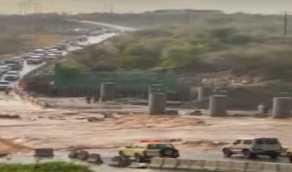 شاهد.. السيول تضرب وادي شهدان وتتسببتعثر الحركة المرورية للمركبات