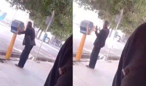 بالفيديو.. عجوز إيراني يقبل صندوق بريد معتقدًا أنه مقام مقدس