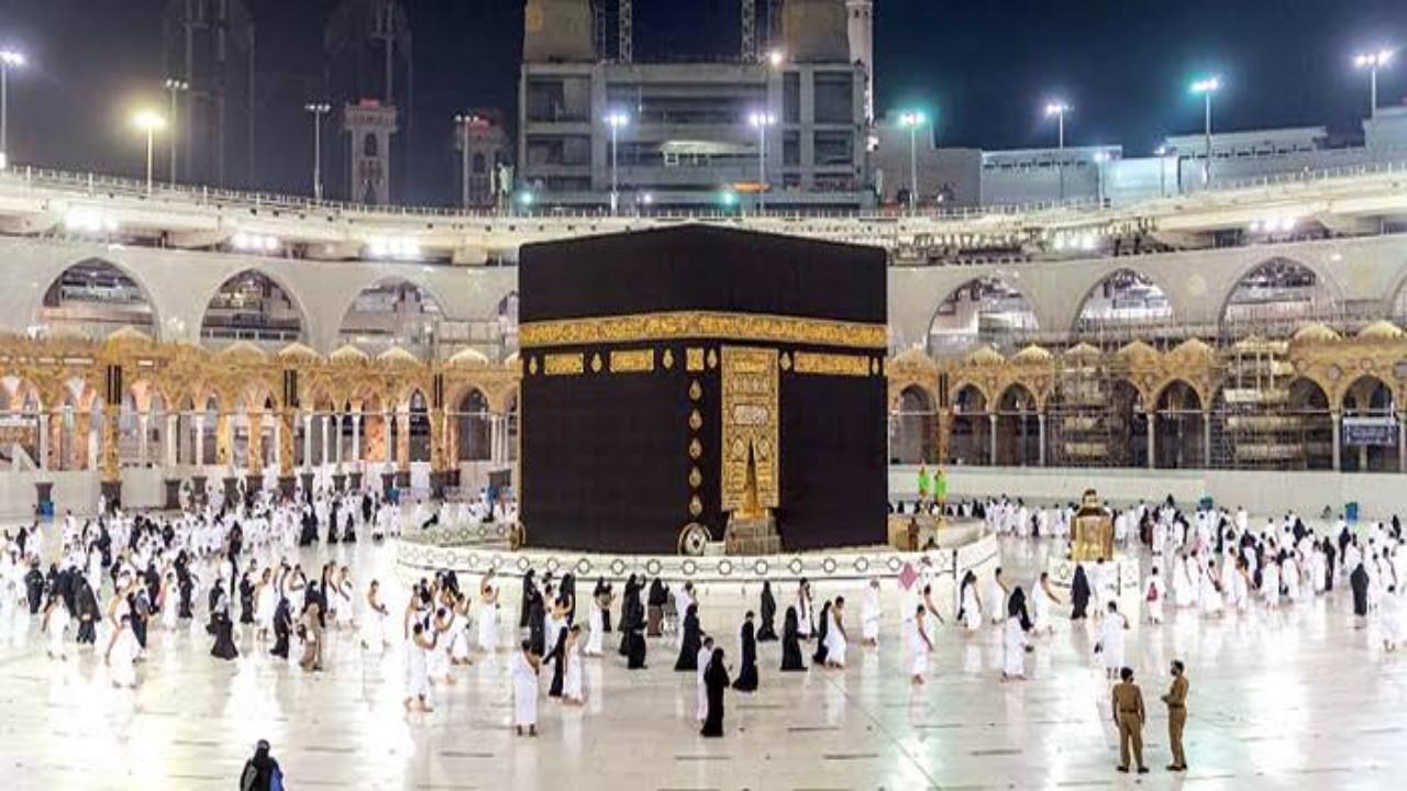 تجهيز الساحة الخارجية بالمسجد الحرام لأداء الصلاة لأول مرة منذ بدء الجائحة (فيديو)