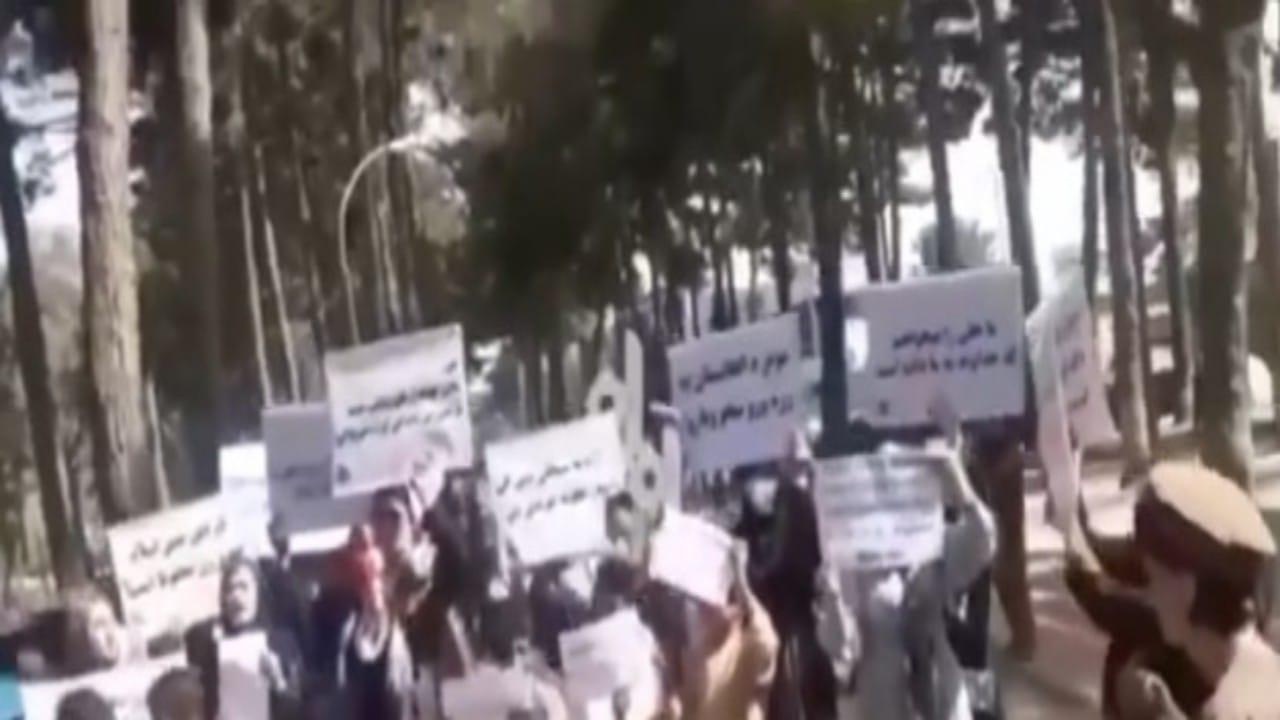 شاهد.. نساء كابل يطالبن بفتح مدارس البنات المغلقة