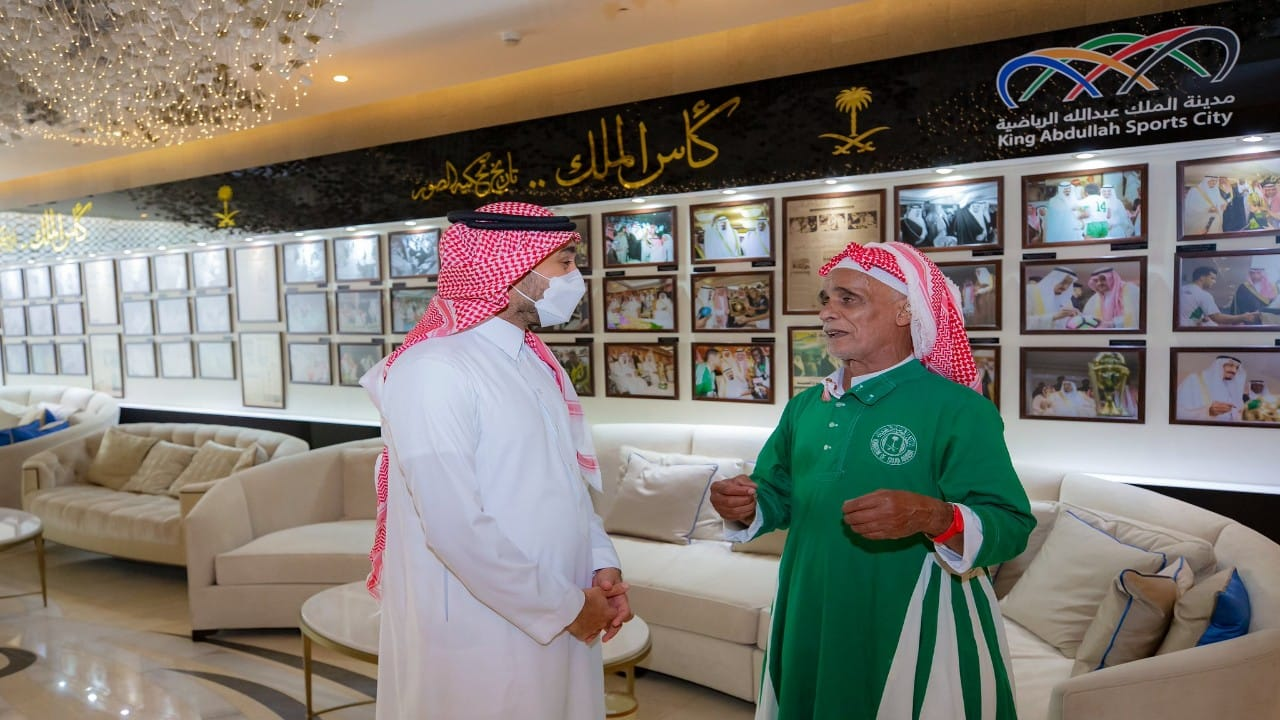 وزير الرياضة يكرمالمشجع عاطي الموركي بين شوطي مباراة المنتخب السعودي والصين