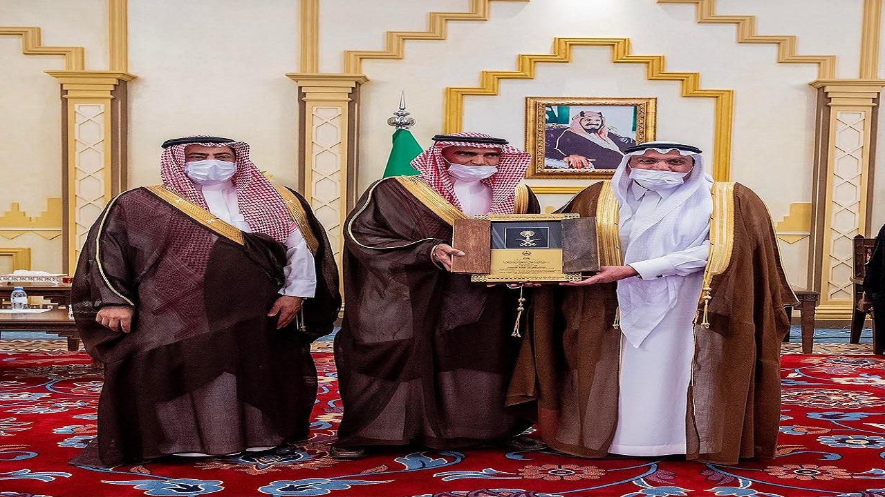 سمو أمير القصيم يكرم السعوي تقديرا لجهوده خلال فترة عمله الماضية