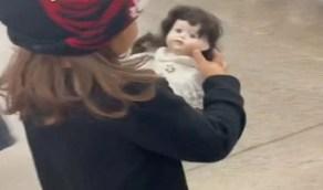 """طفلة تتوسل لوالدتها لشراء دمية تسكنها """"الأرواح """" أثناء التسوق"""