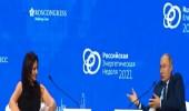 مذيعة تحرج نفسها أمام بوتين في منتدى دولي