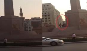 """مصري يحاول تحطيم تماثيل ميدان التحرير مرددا: """"الله أكبر"""""""