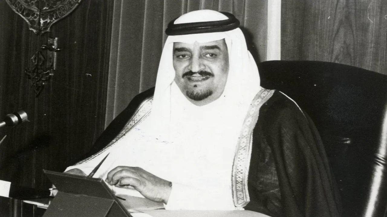 فيديو نادر للملك فهد يمازج أحد مرافقيه في حديث عن الزواج