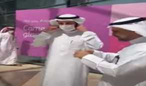 شاهد.. لحظة نزع وزير الصحة الجديد الكمامة في مكان مفتوح