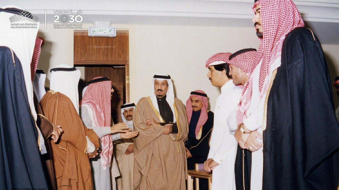صور نادرة لخادم الحرمين أثناء زيارته لمكتبة الملك فهد الوطنية