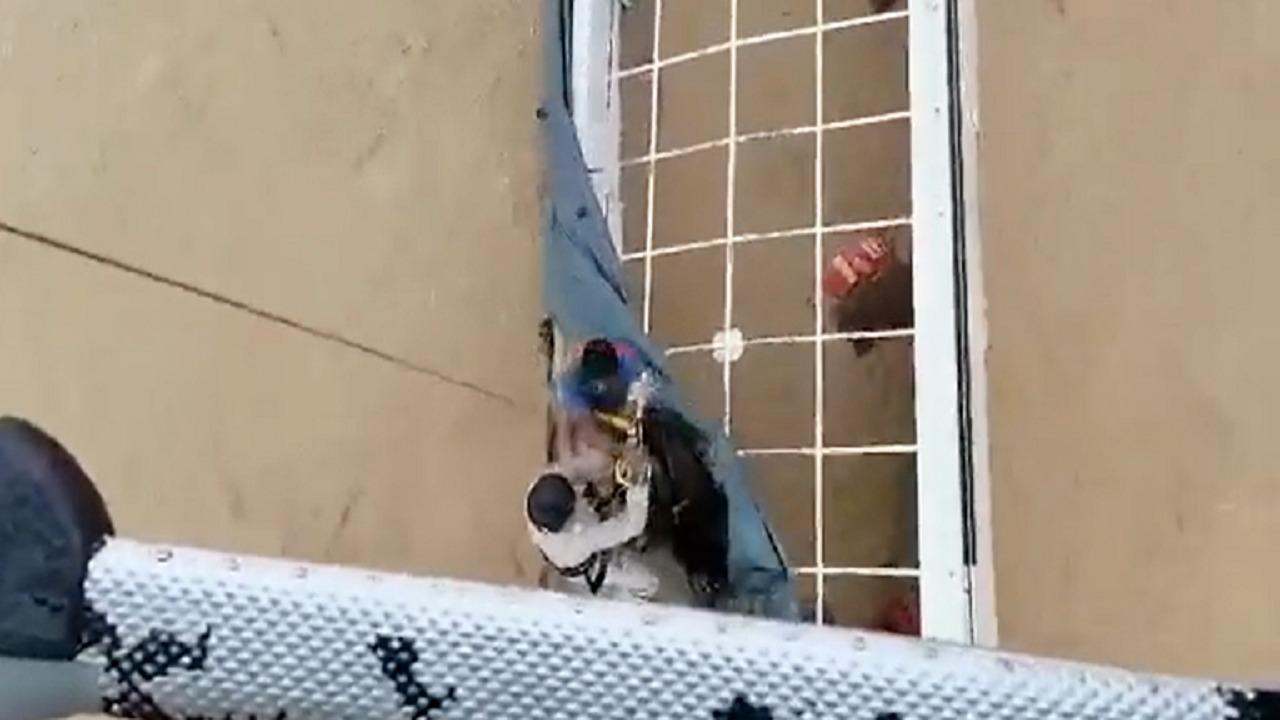 بالفيديو.. لحظة إنقاذ محتجزين بولاية السويق بعمان