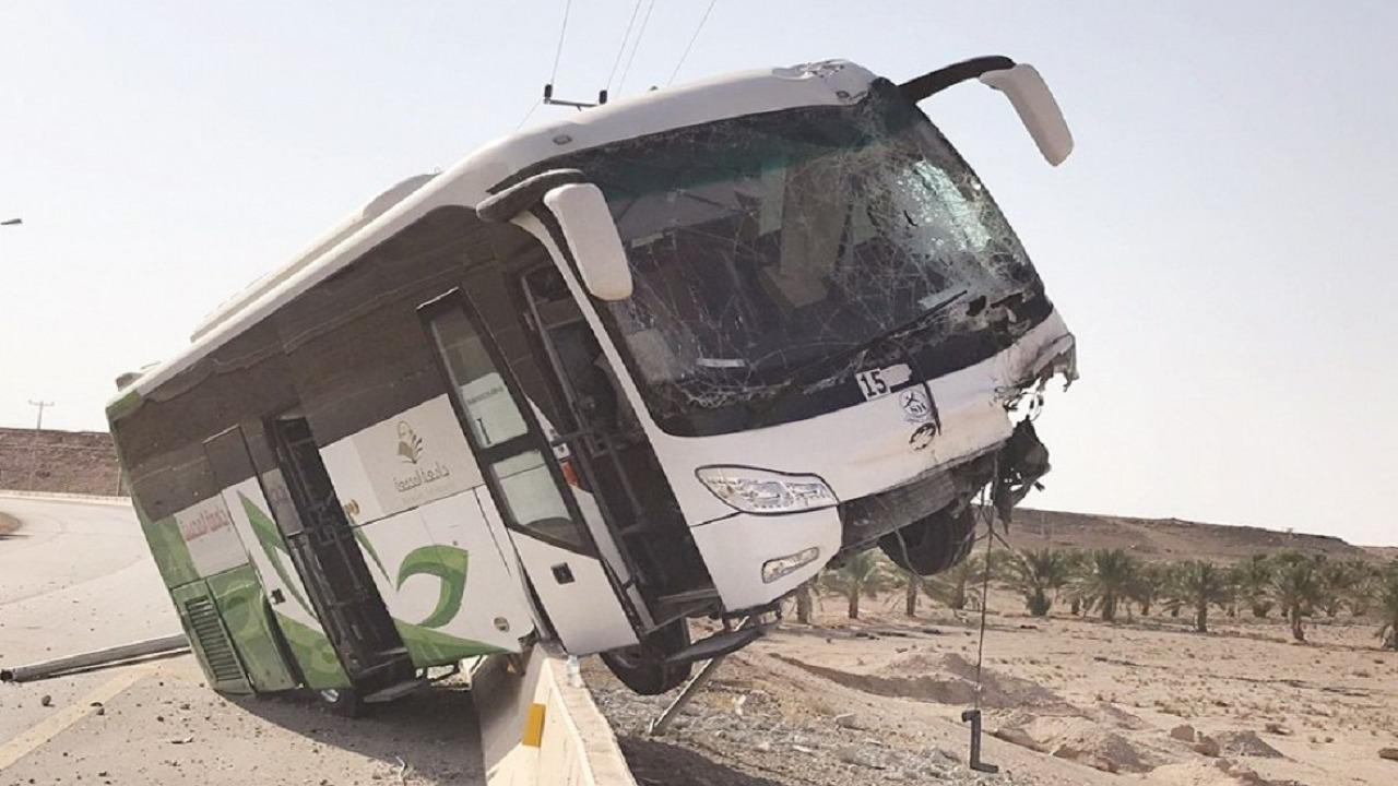 بالصور .. حافلة طالبات جامعة المجمعة تتعرض لحادث مروري